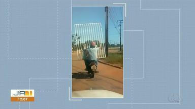 Vídeo flagra homem carregando um portão na traseira de motocicleta - Vídeo flagra homem carregando um portão na traseira de motocicleta