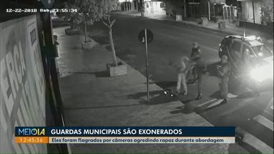 Guardas municipais que agrediram rapaz durante abordagem são exonerados em Cascavel - Decisão foi tomada depois de uma sindicância. Câmeras de segurança flagram a agressão.