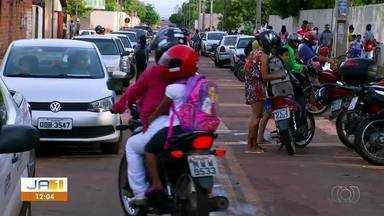 Pais reclamam da confusão no trânsito em frente à escola de Palmas; alunos correm riscos - Pais reclamam da confusão no trânsito em frente à escola de Palmas; alunos correm riscos