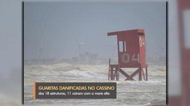 Maré danifica guaritas instaladas na praia do Cassino - Das 18 estruturas de madeira, 11 foram danificadas pelo avanço do mar. Prefeitura espera fazer o conserto até o fim da semana.