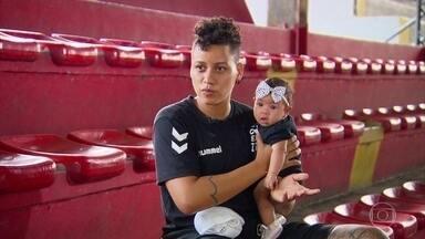 Talento nacional do handebol, pernambucana Samira dá pausa para cuidar da filhinha - Campeã mundial pela seleção brasileira, pivô tem data marcada para voltar ao esporte