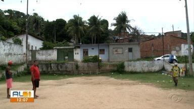 AL 1 vai à Vila Goiabeira, em Fernão Velho, para mostrar abandono de quadra de esportes - Segundos os moradores, este é o único espaço de lazer da região.