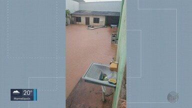 Forte chuva causa alagamentos e queda de barranco destrói parte de loja em Campo Belo - Forte chuva causa alagamentos e queda de barranco destrói parte de loja em Campo Belo
