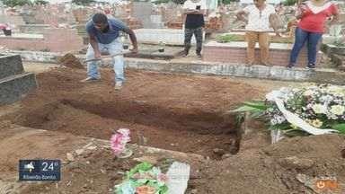 Familiares 'terminam' enterro de idosa por falta de funcionário em cemitério de São Carlos - O procedimento de finalização do sepultamento com terra seria realizado nesta quarta-feira (13). Secretaria pedirá a contratação de mais servidores para a função.