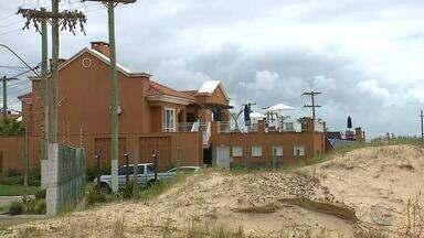 Devido a irregularidades, parte de condomínio em Imbé será demolida - Moradores afirmam ter alvará e escritura dos imóveis.