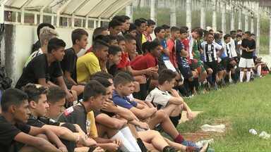 Jovens disputam vagas no time de base do Operário - 80 adolescentes participaram da peneira.