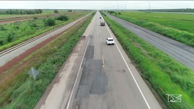 PRF diz que trecho em obra na BR-135 tem contribuído para acidentes - Na altura do Campo de Peris, a BR-135 foi duplicada para facilitar o tráfego, mas um problema na via desde o fim de 2018 voltou a tornar parte da pista em mão dupla.