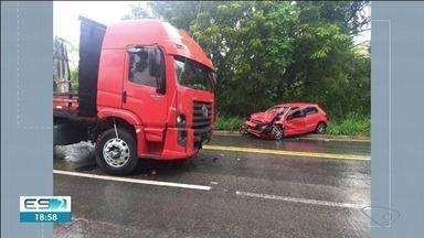 Mulher de 61 anos morre após o carro bater de frente com caminhão em Alegre, ES - Duas pessoas ficaram feridas.