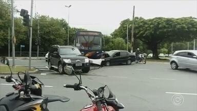 Acidente entre carro e ônibus complica trânsito em Votorantim - Um acidente entre um carro e um ônibus complicou o trânsito na Avenida 31 de Março, em Votorantim (SP).