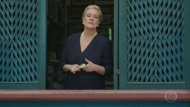 Mirtes volta atrás e abre a igreja - Aranha pressiona a mãe, ameaça revelar segredo e ela decide liberar a entrada. Milu a enfrenta