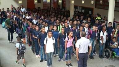 Escolas do DF adotam modelo de gestão compartilhada com a Polícia Militar - A Secretaria de Educação do estado fica responsável pela parte pedagógica, enquanto a administração e a disciplina dos alunos ficam nas mãos dos militares.