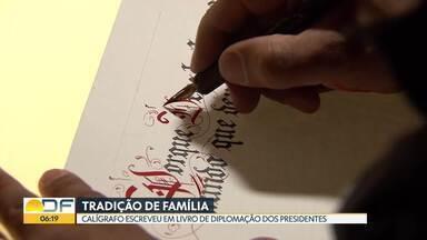 A arte da precisão - Conheça a história do calígrafo de Brasília que escreve em livro de diplomação de presidentes desde os 20 anos de idade.