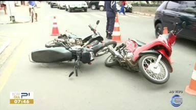 Acidente de trânsito em Parnaíba deixa engavetamento de motos - Acidente de trânsito em Parnaíba deixa engavetamento de motos