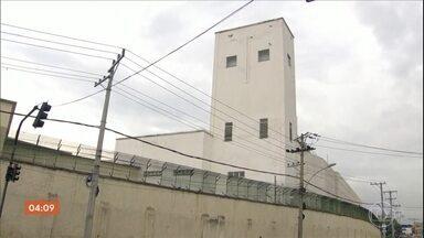 Polícia Civil faz perícia na Cidade da Polícia no RJ - Peritos da Polícia Civil, acompanhados da Defensoria e do MP do RJ fizeram uma perícia no local onde ficam 14 delegacias especializadas. Eles investigam se atiradores de elite estão usando uma torre para atingir pessoas numa favela próxima.