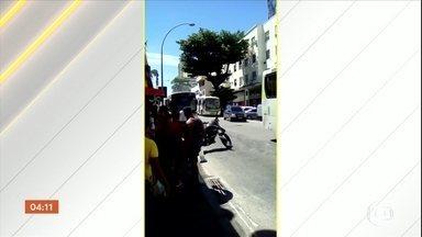 Bandidos incendeiam ônibus para impedir operação no complexo da Penha, no Rio - Durante a ação, sete pessoas foram presas e 800 kg de drogas foram apreendidos.