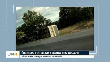 Ônibus escolar tomba na BR 470 em Pouso Redondo - Ônibus escolar tomba na BR 470 em Pouso Redondo