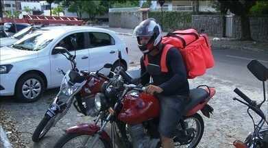 Profissão de motoboy vem se adaptando com a modernidade e os aplicativos de celular - Ter um seguro contra acidentes é fundamental.
