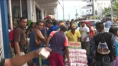 Venezuelanos correm ao comércio brasileiro para comprar comida - Após anúncio de Maduro de fechamento da fronteira, lojas de Pacaraima, em Roraima, ficaram lotadas.