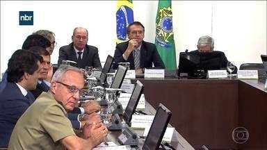 Bolsonaro convoca reunião de emergência para discutir Venezuela - Governo monta gabinete de crise para avaliar as consequências do fechamento da fronteira. Porta-voz da Presidência diz que o papel do Brasil é apenas de ajuda humanitária.