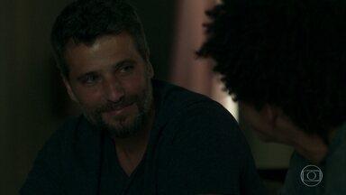 Gabriel faz um acordo com Feijão - O garoto fica feliz com os cuidados do guardião-mor e promete guardar segredo sobre a fonte