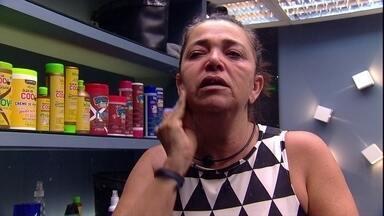 Emparedada, Tereza fala sozinha enquanto tira maquiagem - Emparedada, Tereza fala sozinha enquanto tira maquiagem