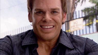 Dexter - Dexter participa da investigação de um serial killer. Ele mata dois criminosos e seu relacionamento romântico fica mais sério.