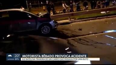 Motorista bêbado bate na traseira de carro que passava por blitz - Segundo o Detran, o homem de 39 anos foi submetido ao teste do bafômetro, que constatou 0,86 mg/l, quase três vezes maior que o valor considerado crime.