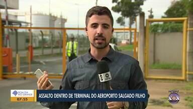 Van parecida com usada em assalto no Salgado Filho é encontrada incendiada em Alvorada - Polícia investiga se é o veículo usado na ação.