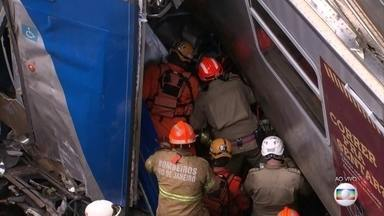 Bombeiros tentam resgatar maquinista após choque de trens no Rio - Já dura mais de seis horas o resgate do maquinista que está preso nas ferragens depois do choque entre dois trens, em uma das principais estações do Rio.Outras oito pessoas também ficaram feridas.