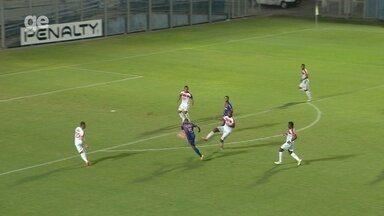 Rafael Borges recebe de Robinho e bate, mas goleiro Matheus Melo defende - Fast vence o Princesa por 1 a 0, nesta quarta, pelo Campeonato Amazonense