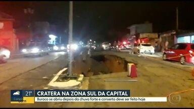 Cratera se abre em avenida da Zona Sul de São Paulo - Carro chegou a cair em buraco; segundo a Sabesp danificou tubulação.
