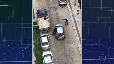 Assaltantes arrastam mulher presa em carro - Mulher de 78 anos teve ferimentos leves. Um dos ladrões foi preso.