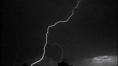 Fenômeno raro é registrado no céu de São Paulo: um super-raio - O mês passado foi o fevereiro mais chuvoso nos últimos 15 anos em São Paulo. O super-raio foi registrado por câmeras instaladas no alto de um prédio da Zona Oeste da capital paulista.