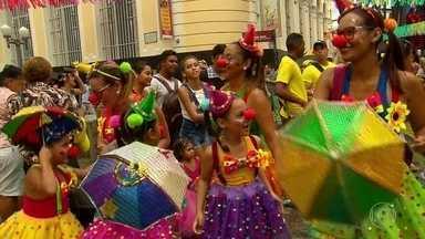 Recife Antigo tem blocos de frevo, grupos de maracatu e tribos de índios no carnaval - Nem o domingo chuvoso afastou o folião das ruas do Recife. Blocos de frevo, grupos de maracatu e tribos de índios tomaram conta da cidade.