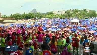 Sargento Pimenta reúne foliões no Aterro do Flamengo nesta segunda (4) - A banda toca música dos Beatles com ritimo de samba. Foliões lotam o Aterro do Flamengo para curtir um carnaval diferente.