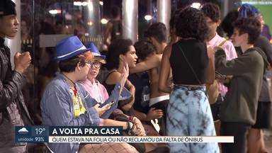 Sem transporte na volta pra casa - Foliões e trabalhadores tiveram que enfrentar horas de espera pelos ônibus.