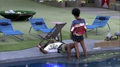 Enquanto sisters cantam, Rodrigo deita na área da piscina - Enquanto sisters cantam, Rodrigo deita na área da piscina