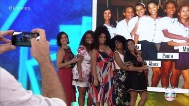 Juliana Alves se emociona ao rever amigas de escola - Atriz participa do '#TBT do Encontro' e refaz foto de 1996
