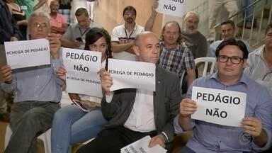 Audiência pública sobre concessão de rodovia é marcada por protesto contra pedágios - Uma reunião nesta segunda-feira em Bauru promovida pela Artesp discutiu como vai ser o processo de concessão de mais de 1 mil quilômetros de rodovias no estado de São Paulo. A construção de novas praças de pedágio é a preocupação de vários setores produtivos do Centro-Oeste Paulista.