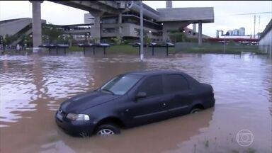 Quantidade de chuva que caiu em São Paulo surpreendeu até especialistas - O volume de chuva no litoral e também na Região Metropolitana de São Paulo surpreendeu inclusive os pesquisadores do Centro de Monitoramento de Desastres Naturais. Eles até previram que choveria, mas não da forma que aconteceu.