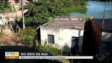 Impasse sobre demolição de casas que ficam no meio de rua em Linhares, ES, gera polêmica - Impasse sobre demolição de casas que ficam no meio de rua em Linhares, ES, gera polêmica