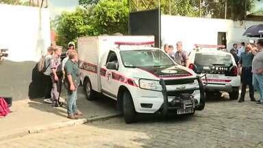 Boletim JN 2: Carros do IML e de funerárias retiram os corpos que estavam na escola - Guilherme Monteiro, de 17 anos, e Felipe de Castro, de 25 anos, entraram na escola atirando e cometeram suicídio após o crime.