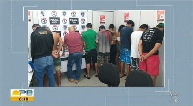 Treze pessoas são detidas durante operação policial, em Campina Grande - Ação aconteceu no bairro da Prata, em casa onde funcionava ponto de uso e distribuição de drogas e prostituição, segundo a PC.