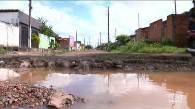 Pedestres reclamam da falta de infraestrutura em ruas de bairro em Codó - Ruas estão ficando intrafegáveis por causa da lama e do buraco que dificultam a passagem.