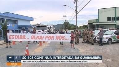 Moradores e prefeitura protestam contra demora nas obras da SC-108 em Guaramirim - Moradores e prefeitura protestam contra demora nas obras da SC-108 em Guaramirim