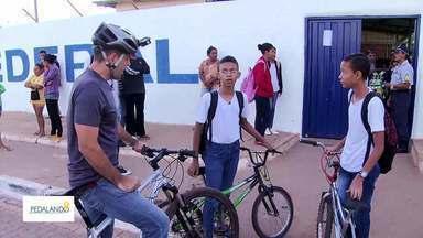 """""""Pedalando"""" mostra que moradores da Estrutural usam muito a bicicleta - 40% dos moradores da cidade usam a bicicleta como principal meio de transporte. Só que a região não tem ciclovia, o que dificulta a mobilidade."""
