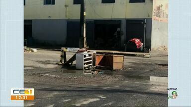 Moradores usam móveis pra sinalizar buracos nas ruas de Fortaleza - Confira outras notícias no g1.com.br/ce