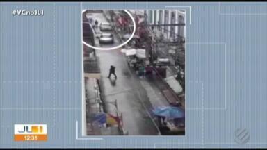Polícia Civil investiga morte de dois homens durante uma tentativa de assalto no comércio - Dentro de lojas, várias pessoas se jogaram no chão para se proteger dos tiros