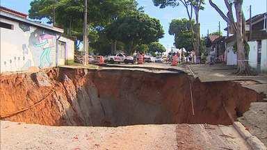 Após dois meses, cratera que engoliu rua é fechada em São José - Casas seguem interditadas e ainda não há previsão de liberação.