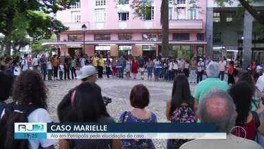 Ato em Petrópolis, RJ, pede elucidação do caso Marielle Franco - Assista a seguir.